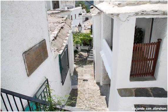 Pampaneira tercero de los pueblos que visitamos en la Alpujarra granadina. El asentamiento de la población actual tiene su origen en el siglo XVI, cuando el lugar fue repoblado por familias de los reinos de León y de Galicia