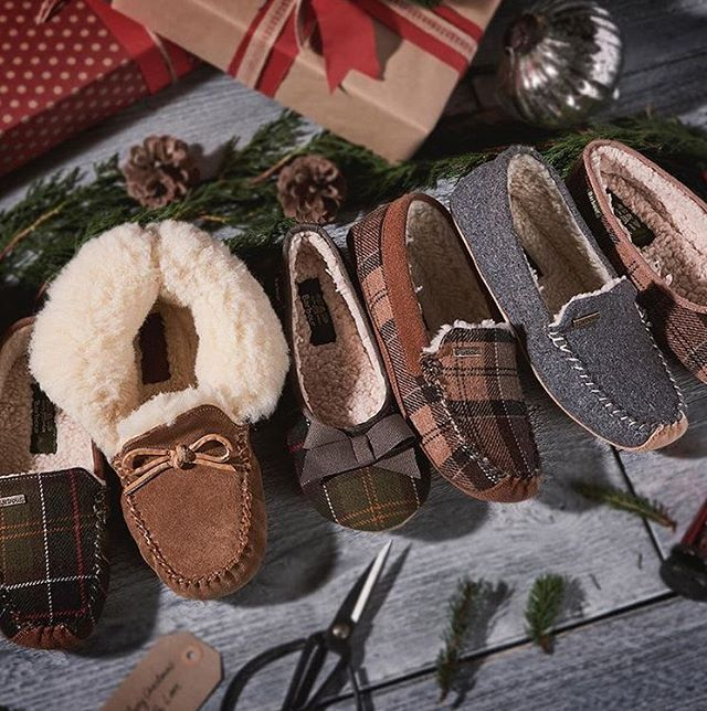 2017/11/18 01:56:14 thompsonchicago Looking for the perfect gift for your loved ones or to treat your feet this #BarbourChristmas, each pair of these cozy slippers offer comfort, warmth and practicality – from simplistic slip-ons with a plain finish, to tartan toe huggers rich with colour, there is a slipper to suit most. Shop online or in the Barbour store located around the corner from the hotel on Walton Street! 📷 @barbour