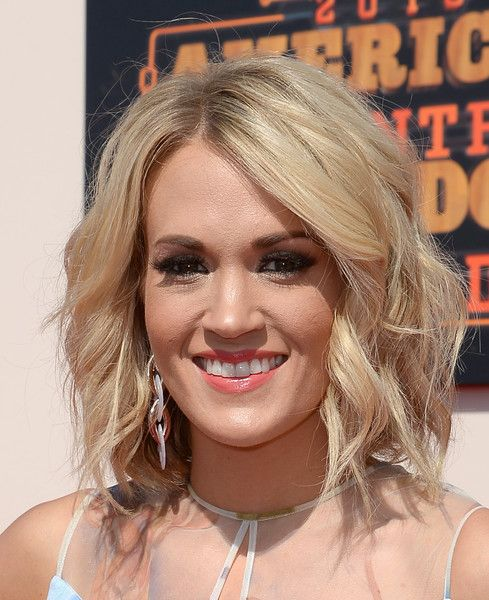 Carrie Underwood Medium Wavy Cut  Carrie Underwood looked cute with