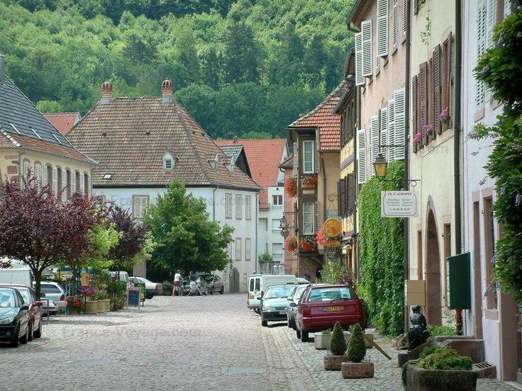 La ruta de los Vinos: Kaysersberg: Calles adoquinadas, con casas de colores pastel, los árboles en el fondo - France-Voyage.com