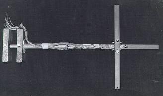 Vista de plano superior, de instrumento de medição para ensaios de modelos de aeronaves em tunel de vento. Protótipo que virou produto em uso desde 1995 na Escola de Engenharia de São Carlos, USP, devido a precisão e das equações de forças e momentos aerodinâmicos que os acadêmicos, professores e funcionários tem utilizado com perfeição em seus trabalhos. As duas peças do lado esquerdo são mancais de rolamento, para este instrumento rodar no eixo X, sendo uma barra extensora ela tem…