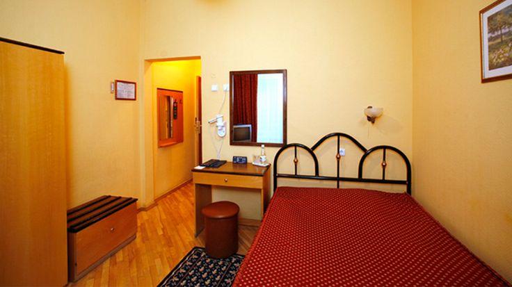 Недорогой однокомнатный номер с видом на историческую часть Киева или на внутренний дворик гостиницы.