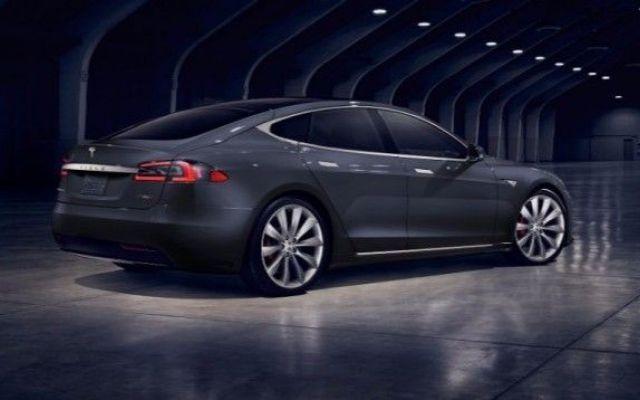 Anche la Tesla Model S fa un incidente. Guidando da sola... In effetti, una cosa va detta. Tesla sa vendere assai bene il suo prodotto. Le auto Tesla cosa sono, in sintesi? Delle auto ecologiche, elettriche. Questo è il loro core business. Eppure vengono spes #modelstesla #auto