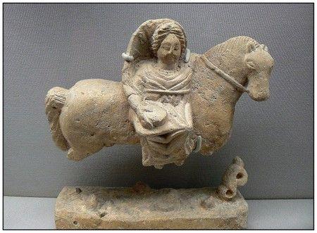 La célèbre déeese  gallo-romaine Epona dont le nom dérive du mot gaulois epos désignant le cheval, serait la protectrice de lécurie et par extension de la maison.