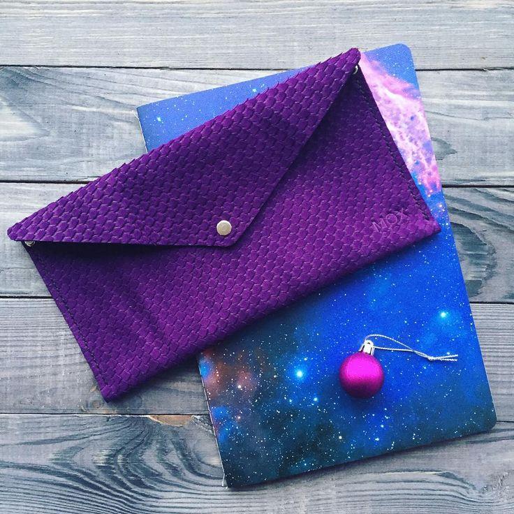 A bit of cosmic colors 🎆🌌💫 Она же, но в нереальном фиолетовом 🍆  Папка Pebble 🔹900₽ Бесплатная доставка по России  #leathercraft #handmade #instagood #leather #beautiful #space #colorful #star #saintpetersburg