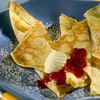 Zweedse pannenkoeken. 4 extra grote eieren, gesplitst  125 gr bloem  1/2 theelepel zout  2 eetlepels suiker  250 ml melk  3 eetlepels zure room  4 eiwitten  3 eetlepels plantaardige olie  Serveer warm met fruit en room.