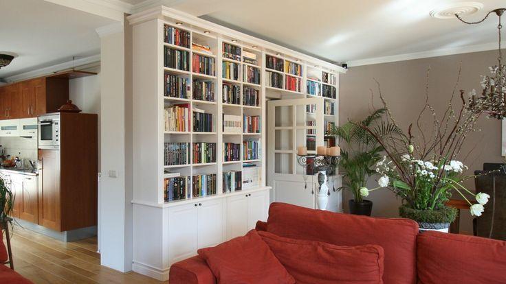 Boekenkast om de deur doorgebouwd.