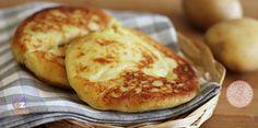 Le focaccine di patate veloci in padella senza lievitazione sono facilissime da preparare, gustosissime e perfette da sole, con salumi e formaggi o farcite.
