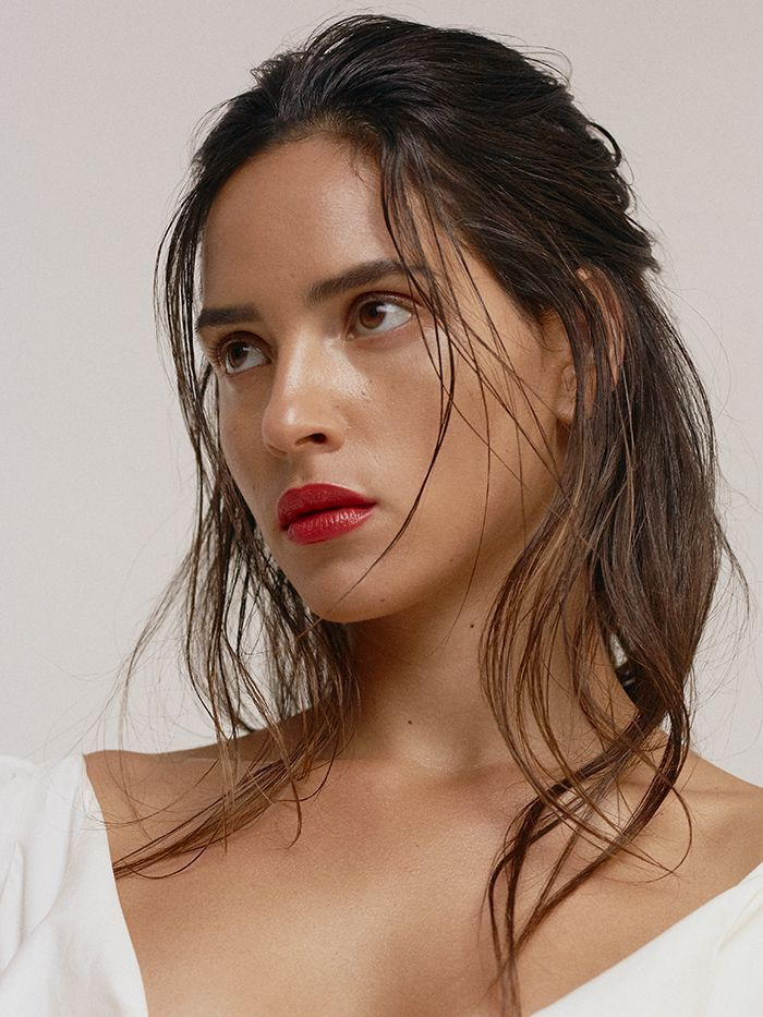 Adria Arjona Tells Us the French Skincare Routine That's Perfect for Tomboys | Minimal makeup look, French skincare, Natural hair mask