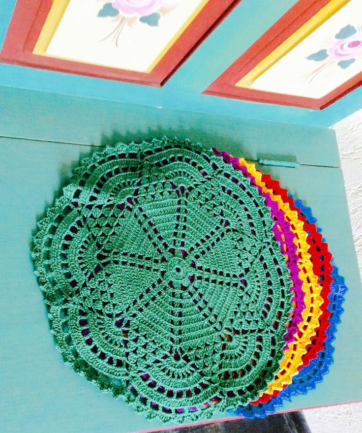 Sousplat em crochet várias cores.