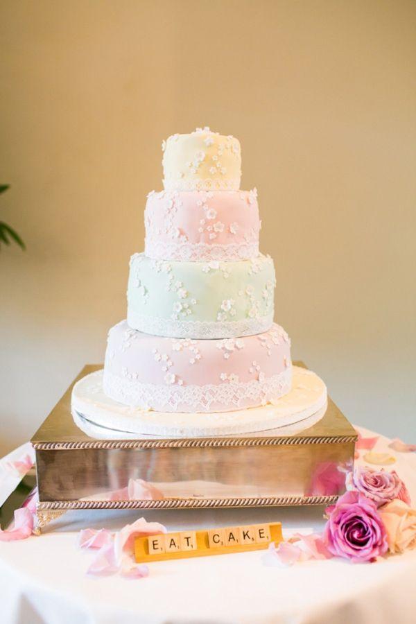 Casamento temático Scrabble: Mesa do bolo decorada com letrinhas do Scrabble