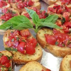 """Bruschetta's. """"er valt voldoende te varieren: met tonijn erdoor, met kappertjes, met geraspte Italiaanse kaas enz. Maar eigenlijk vind ik en ook de mensen die komen eten de basisversie het lekkerst."""" ~Krijn"""