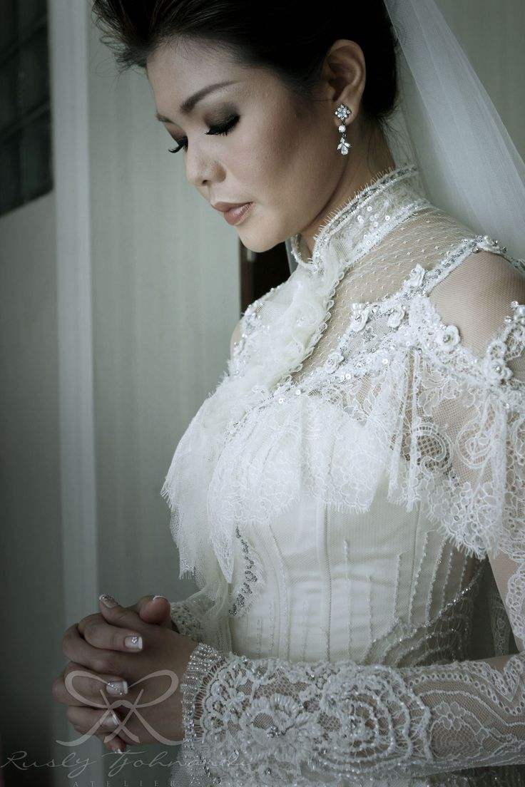 Traditional kebaya wedding gown by Rusly Tjohnardi Atelier #traditional #kebaya #white #weddinggown #Asian Photo credit to Henky & Heret Photography