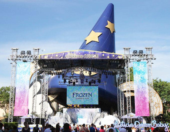 Chapéu do Mickey feiticeiro escondido atrás do palco do Frozen Summer Fun.