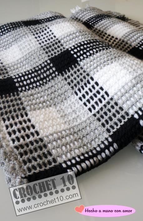 Manta de ganchillo - Crochet 10 Es muy fácil de hacer. Primero se teje a crochet una rejilla o malla abierta. A continuación se pasan los hilos a través de los agujeros de la malla. En las siguientes imágenes veréis una muestra que también nos ha hecho Toñi, y en la que se puede apreciar cuál es el proceso a seguir.