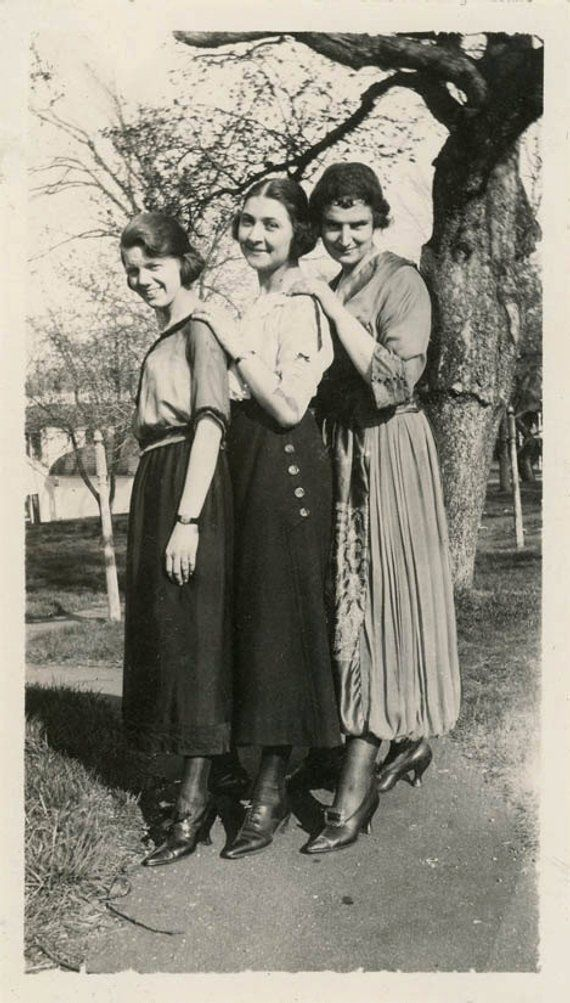 Vintage Photo 1920 Young Ladies Affectionate Short To Tall Hands