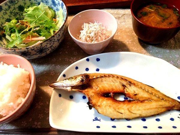 夕ご飯(10/9):カマス、サラダ(レタス+胡瓜+我が家の水菜+ハム+フライドオニオン)、ちりめんと大根おろし、エノキのお味噌汁、白米。