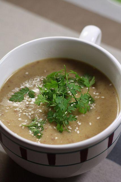 Soupe au chou & bacon ----------------------------------------------------------Ingrédients (4 personnes) 1/2 chou vert frisé 100 g de lardons de bacon (moins gras) 2 pommes de terres moyennes 1 oignon 1 cube de bouillon de volaille 4 cuillères à soupe de crème épaisse Sel, poivre Herbes fraiches, graines de sésame pour servir