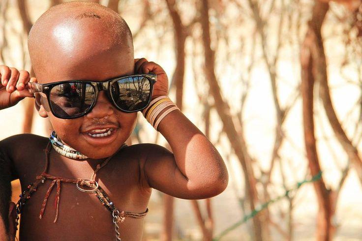 No sé dónde estaban los hombres en aquel poblado himba imagino (y hasta donde sé por mi amigo que vive en Namibia) que en alguna mina cercana. Las mujeres la mayoría se dedican a ir por los pueblos vendiendo cositas de artesanía. Mientras en el pueblo había solamente una chica joven de 19 años cuidando de unos 7 niños pequeños. . Lo más fuerte es que con la mierda de vida que llevan todavía tenían una sonrisa en la boca. A mí se me partía el alma de ver lo lindos que eran los niños pero lo…
