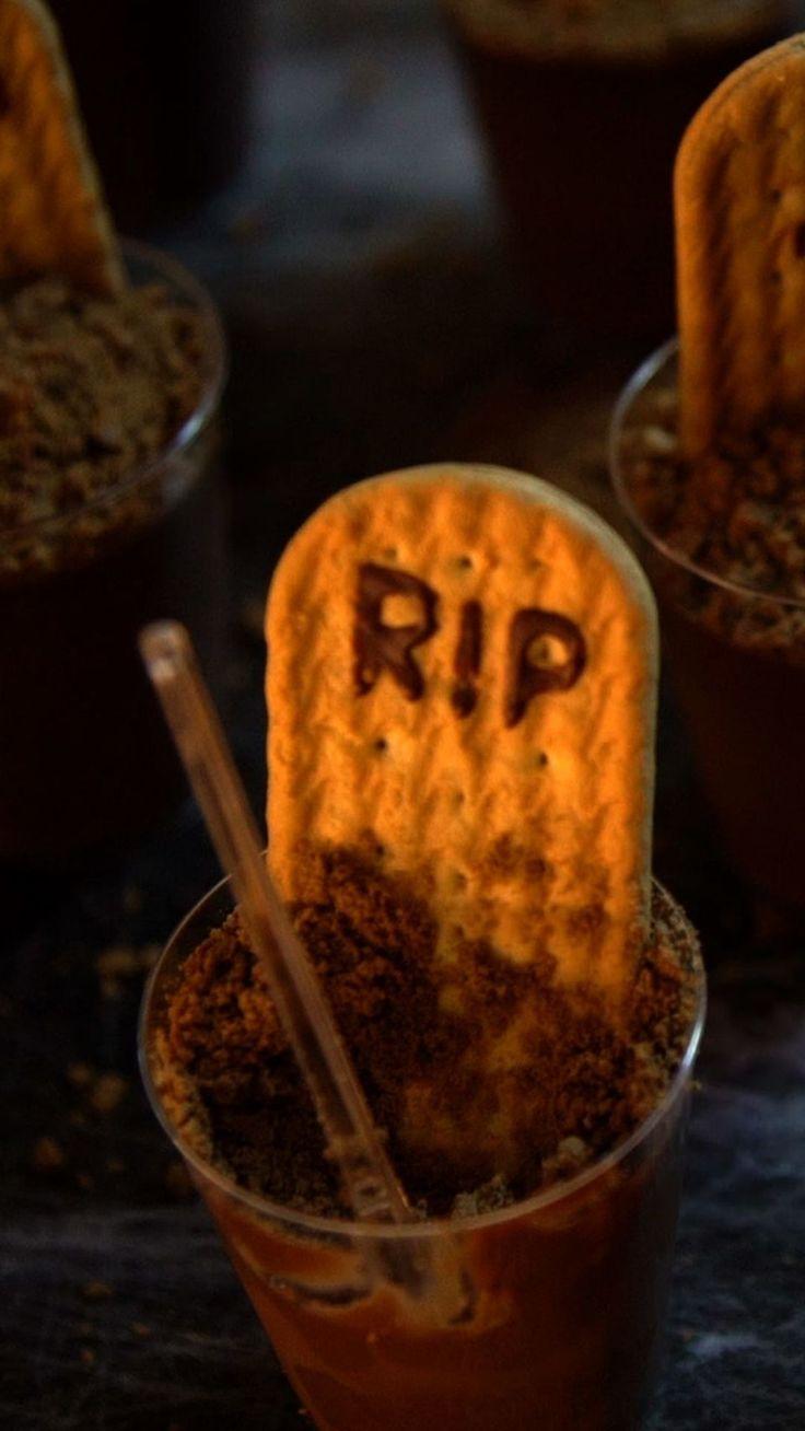 Sobremesa fácil e rápida de copinhos de chocolate lápide para você entrar no clima do Halloween!