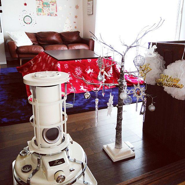 女性で、3LDKのセリア/クリスマスツリー/ウニコソファ/無印良品こたつテーブル/クリスマス…などについてのインテリア実例を紹介。「おはようございます。 我が家もやっと。。。 ストーブ&コタツを出しました(*^^*) ストーブはお馴染みの 【アラジンストーブ】です。 マンションの中は暖かいので、まだ着火までには至りませんが。 あの綺麗なブルーの炎は。。 すぐそこまで( ´∀`)」(この写真は 2017-11-17 08:21:25 に共有されました)