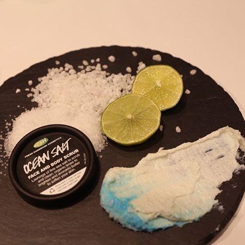 Zomerse cocktail voor je huid? Ocean Salt is hier! Mocht deze reiniger per ongeluk op je lippen terecht komen, het smaakt niet verkeerd. Je kunt het met draaiende bewegingen zachtjes inmasseren op een vochtige huid en afspoelen met lekker warm water. Heb je een vette huid? Gebruik hierna de toner Tea Tree Water. Opknapper! Foto: @lushoxfordstreet #oceansalt #reiniger #lush