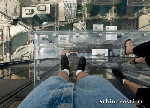 Мурашки бегут по коже, когда смотришь на людей, стоящих на балконе на высоте 412 метров. Стеклянный балкон небоскреба Уиллис Тауэр (Willis Tower), самого высокого небоскреба в Штатах и 5-го по высоте небоскреба в мире, ежедневно притягивает тысячи туристов из...