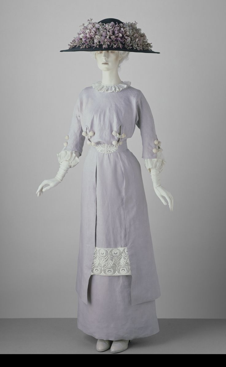 Linen day dress with embroidered lawn and trimmed with embroidered net, c. 1910. © Victoria and Albert Museum, London. See: http://collections.vam.ac.uk/item/O13870/bodice-unknown/