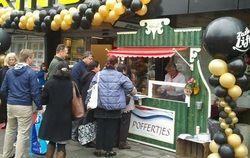 Poffertjeskraam huren: Hollandia - Zaans huisje http://www.oudhollandsentertainment.nl/Catering.html#Poffertjes