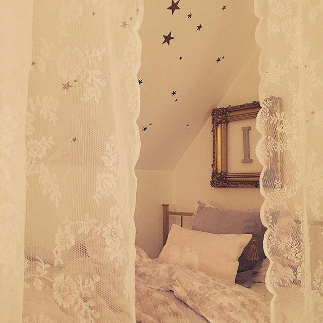 ▪️Ilse's room▪️ Min första plan var att bygga in Ilses säng under snedtaket, men eftersom varken hon eller mannen nappade hittade jag på den här lösningen istället. Vi satte upp en vajer i taket och lite tyg, och voilà...blev mycket mer ombonat. Ilse älskar det. Sov gott när det är dags bästa följare! ⭐️
