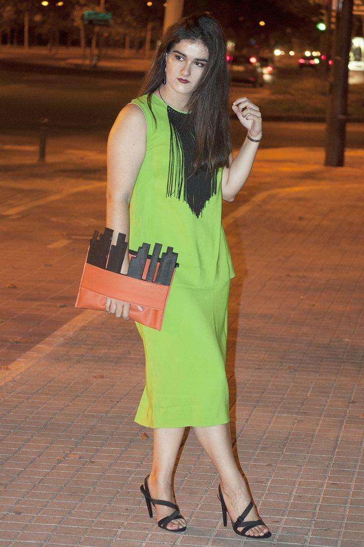 DIY Clutch + Vestido verde - Temporada: Otoño-Invierno - Tags: verde, DIY, MaxMara, clutch, noche - Descripción: Vestido verde recto con clutch DIY naranja inspirado en el modernismo.