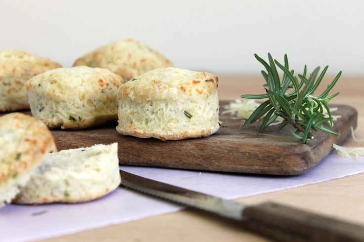 Unos scons de queso y hierbas que son demasiado sabrosos como para no hacerlos. Y se hacen en 10 minutos!