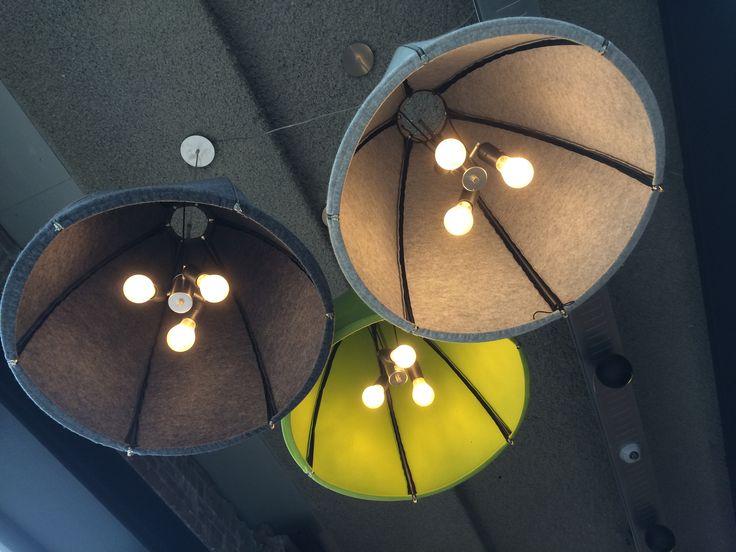Lampen met vilt (of vilten kunstwerk aan wand tbv akoestiek)