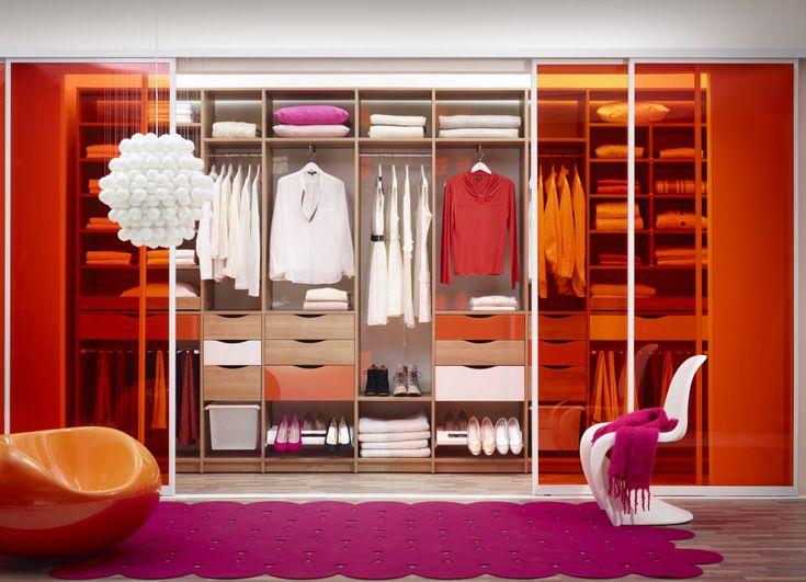 """Super cool bright coloured pink and orange wardrobe. """"Warme Farben unterstreichen meine Persönlichkeit. Das gilt auch in meinem Zuhause."""" : Wardrobes & drawers by Elfa Deutschland GmbH"""