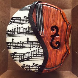 This beautiful combination of sheet music and a violin. | 16 Adorable Cakes All Music Lovers Will Appreciate