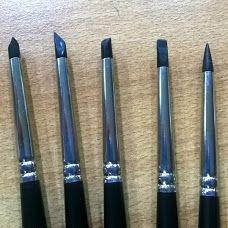 Sgarzino  E' un utensile a forma di stilo, provvisto di puntali in caucciù o in silicone, che si usano per asportare il colore e creare punti luce, in ceramica, e per scolpire le OOAK e le paste sintetiche in generale. Gli Sgarzini (o Sgarzoni) hanno una sola punta conica o due punte, di cui una a tronco di cono, oppure hanno punte a scalpello, tagliate in obliquo.