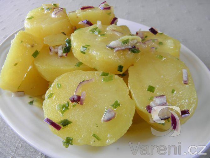 Lehký bramborový salát s pažitkou -