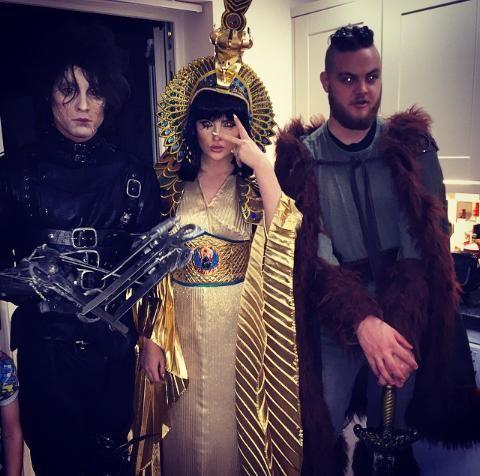 Perrie acaba de subir esta foto junto con Zayn y su hermano Jonnie Edwards a su cuenta de instagram hace momentos #NN