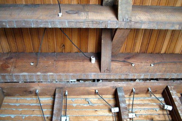 Dangereux, leknob and tube? | On l'appelle communément knob and tube. C'est la toute première génération de câblage électrique. Il en reste encore beaucoup dans les vieux logements. Est-ce dangereux ?  Les fils sont recouverts de tissu. Les jonctions sont soudées et enrobées de ruban. Pour traverser les pièces de bois de la charpente, les fils empruntent des tubes de porcelaine. Là où ils changent de direction, ils tiennent à un bouton de porcelaine. Comme à l'époque du télégraphe.| La…