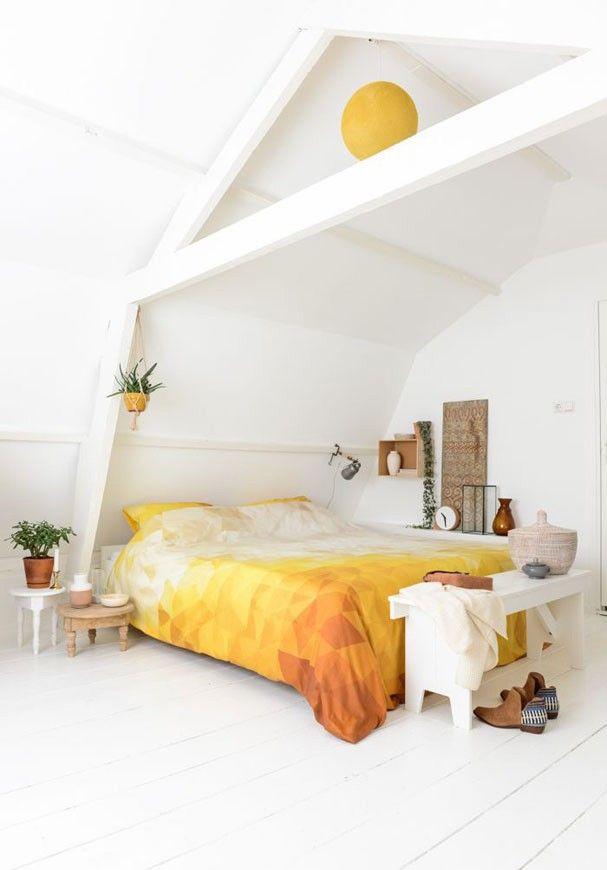 O branco total dá espaço para um jogo de cama que faz toda a diferença. Nesse caso, o escritório Binti Home apostou no amarelo e na estampa geométrica com aspecto handmade, que combina muito bem com os acessórios de ares étnicos. Clique na foto e confira mais quartos brancos!