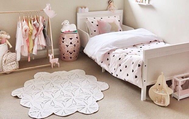 Meisjeskamer wit lichtroze lichtbruin kinderkamer meisje pinterest meisjeskamers - Deco slaapkamer meisje roze ...
