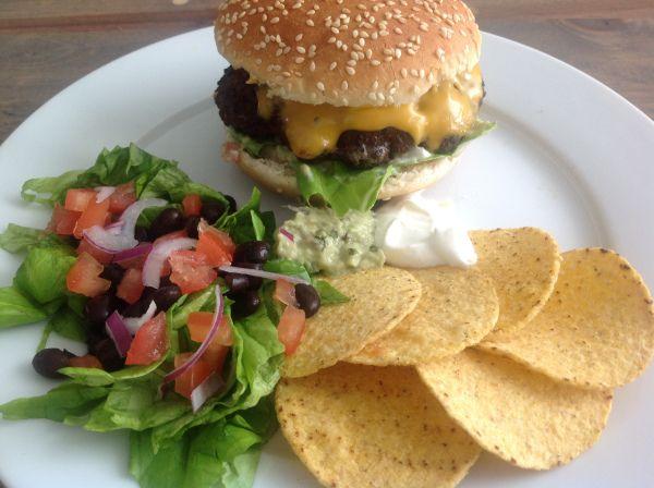 Mexicaanse hamburger met guacamole en zure room