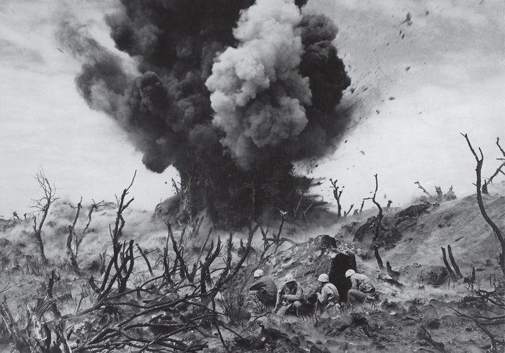 Американские морские пехотинцы во время битвы за Иводзиму, 1945 год.
