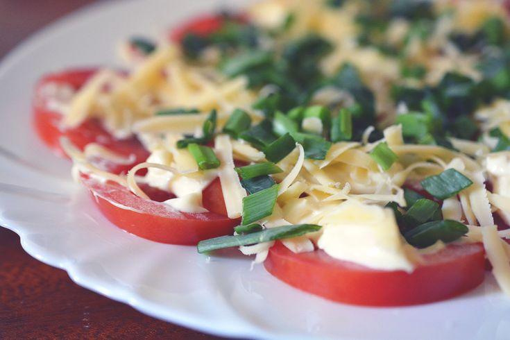 Niezawodny dodatek na grilla | Pomidory z majonezem, serem i szczypiorkiem - kuchniabazylii.pl