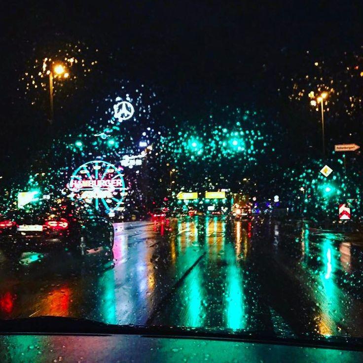. . . . #hamburg #instahamburg #rain #april #weather #drop #drops #tropfen #hamburgerdom #colors #green #neon #streetlights #streetlight #ampel #dark #evening #night #dunkel #regen #nass #дождь #светофор #свет #неон