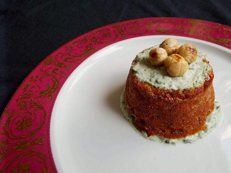 Tortino salato di nocciole e verdure, yogurt greco al basilico e zenzero