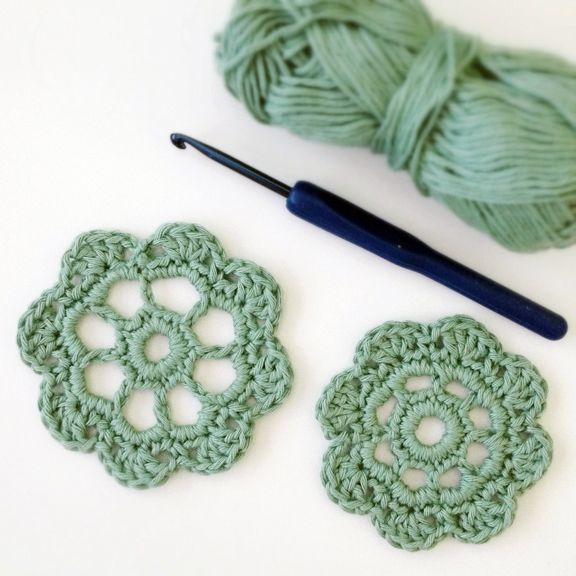 Free crochet chart for making these lovely crocheted flowers over at THIS Russian site.