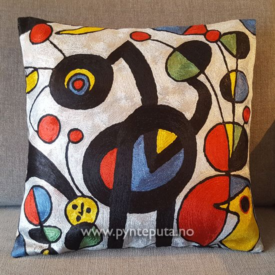 Pynteputa - Hagen Hvit. Puta har en skinnende hvit bakgrunnsfarge, med elementer i sort, rustrød, blå, grønn og gul. Fra nettbutikken www.pynteputa.no #pyntepute #pynteputer #pynteputa #farger