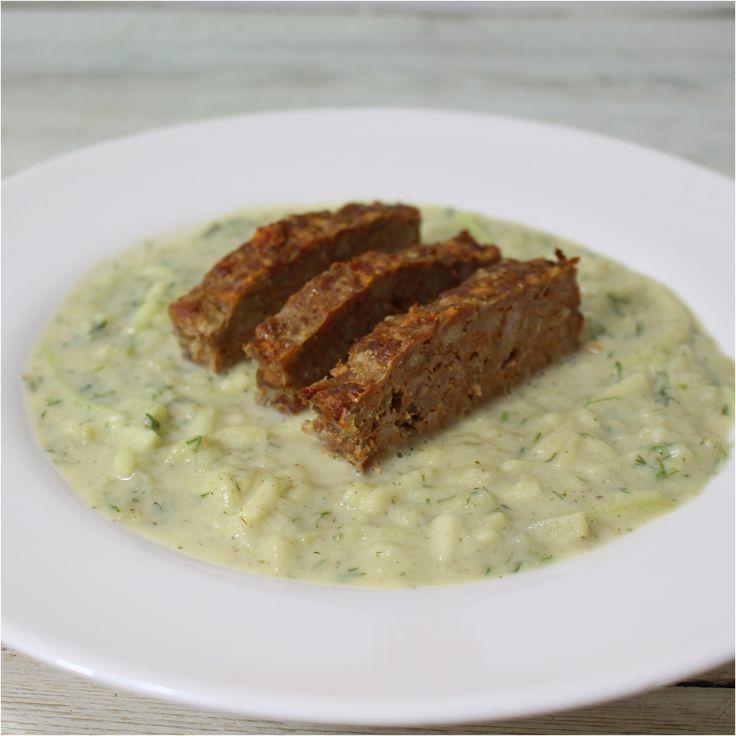 """Ennek a tökfőzeléknek az a különlegessége, hogy a """"mártás"""" része pürésített zöldségekből áll, amit egy kevés tejszínnel tettünk még krémesebbé. A fasírtot kolbászos feelingüre ízesítettük, áztatott kenyér helyett zabpehellyel készült, ez a változtatás is csökkenti az étel szénhidrát tartalmát a főzelék..."""