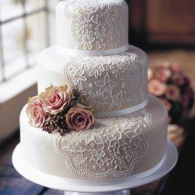 Delicadas e lindas, as rendas têm o poder de transformar qualquer decoração em algo super elegante. Veja aqui formas de deixar seu casamento ainda mais lindo!